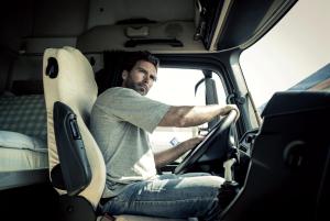 Fotografie řidiče v kabině nákladního vozidla.
